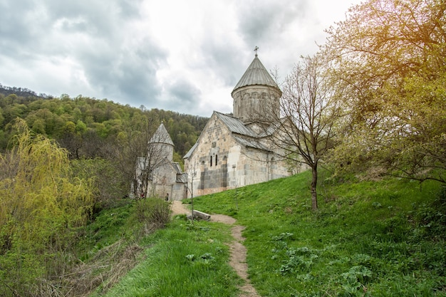 Kirche im grünen wald in armenien.
