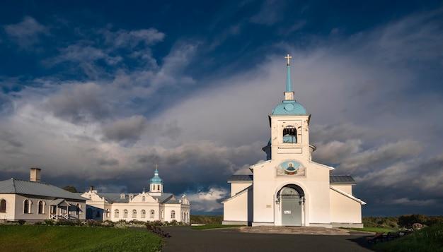 Kirche im orthodoxen kloster pokrovo tervenichesky im nationalpark vepsian forest im norden russlands auf dem hügel
