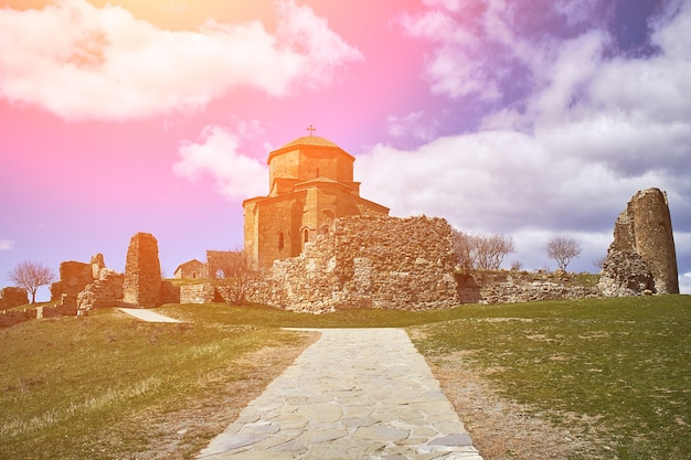 Kirche in tiflis, georgien. europa. reisen. sonneneruption