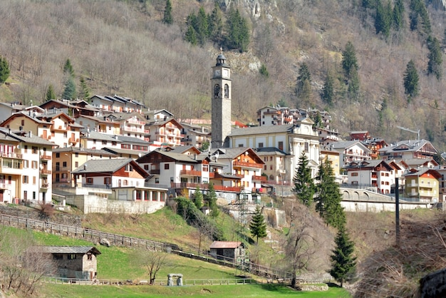 Kirche-marksteinwinterlandschaft carona-dorf italien
