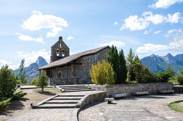 Kirche nuestra senora del rosario. romanische kirche in riano, spanien.
