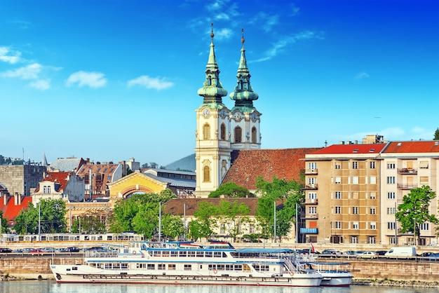 Kirche st. anna - katholische kirche in budapest, am rechten donauufer. am batthyany-platz unter dem burgberg gelegen