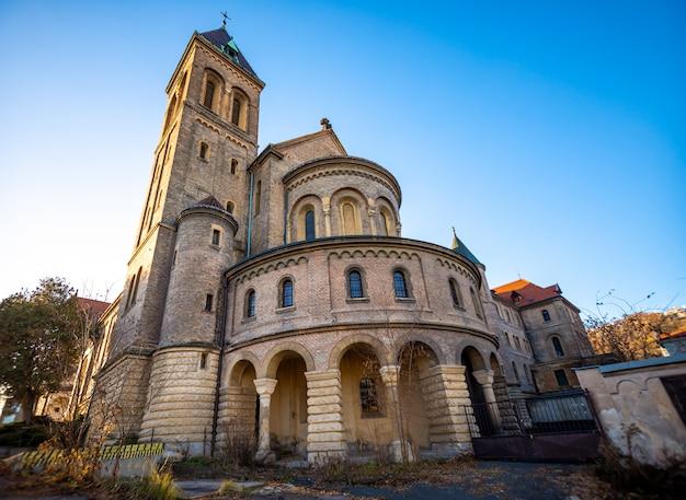 Kirche st. gabriel oder kostel sv. gabriela in prag, straßenarchitektur der tschechischen republik