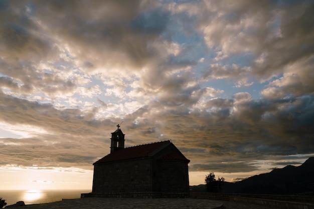 Kirche sveti savva nahe insel sveti stefan zur sonnenuntergangszeit
