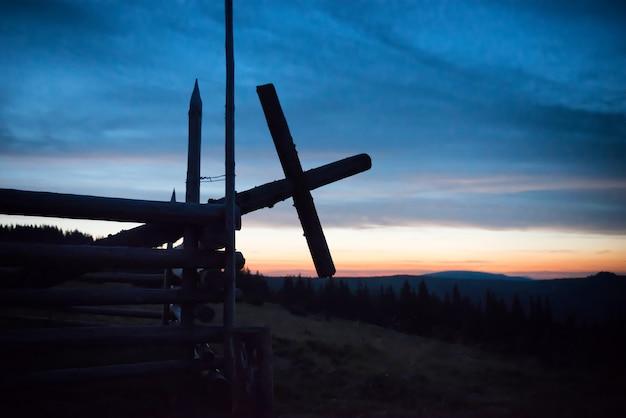 Kirche über mondlicht in dunkelblauer nacht