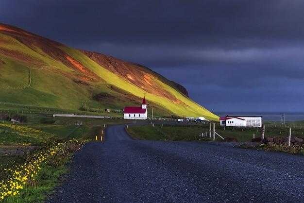 Kirche unter dem berg island