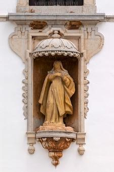 Kirche von carmo hautnah auf den statuen in faro, portugal.