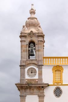 Kirche von carmo uhrturm hautnah in faro, portugal.
