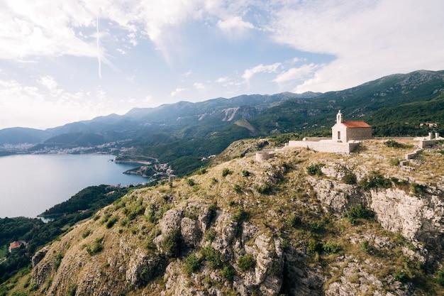 Kirche von sveti savva auf dem berg über der insel sveti stefan montenegro
