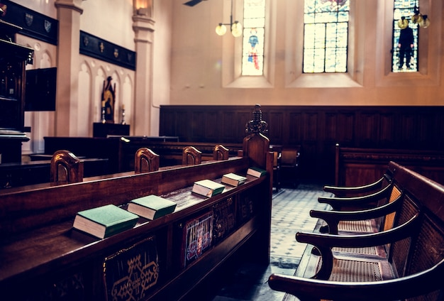 Kirchen-innenraum-ordentliche bibel