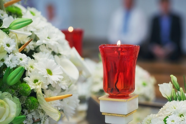 Kirchenbedarf für die taufe auf dem tisch. zeremonie in der christlichen kirche. innenraum der orthodoxen kirche