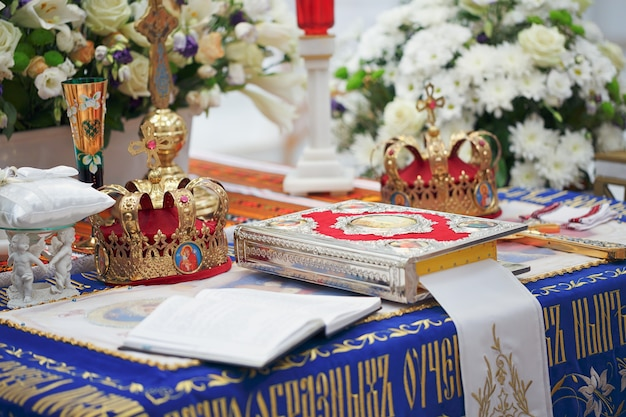 Kirchenbedarf und goldene kronen für die hochzeitszeremonie in der orthodoxen kirche