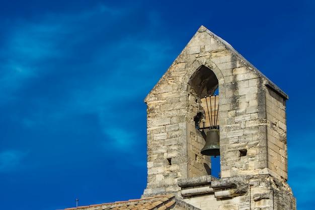 Kirchenglocketurm im palast des papstes in avignon, frankreich