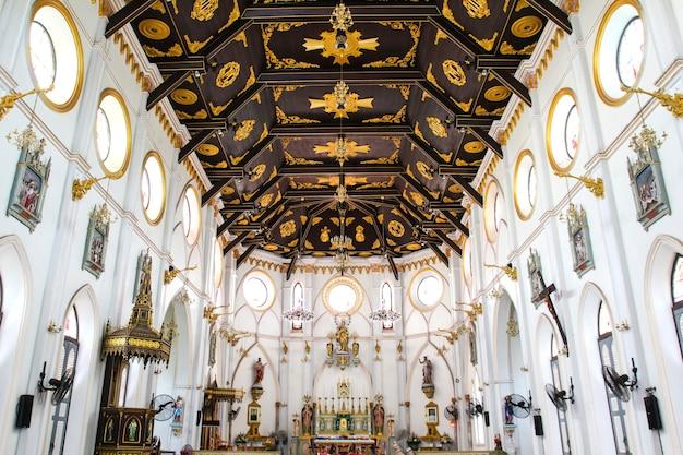 Kircheninnenraum in der geburt christi unserer dame cathedral bei samut songkhram, thailand.