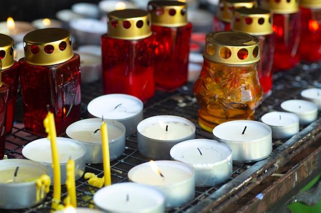 Kirchenkerzen und lampen für die ruhe in einer katholischen kirche. christlich-katholische gebete