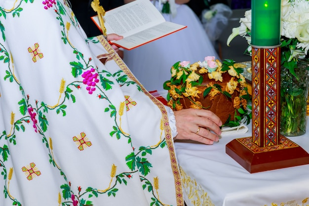 Kirchenkrone auf dem altar
