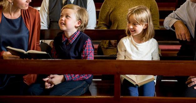 Kirchenleute glauben an religiöse familie