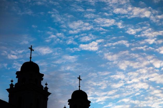 Kirchenspitzen mit kreuzen im schatten