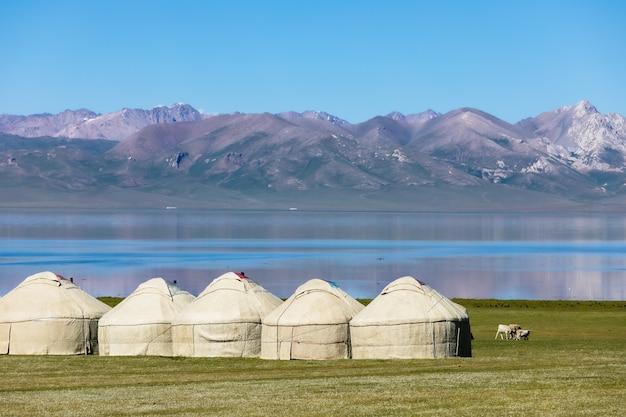 Kirgisische jurten am ufer des bergsees