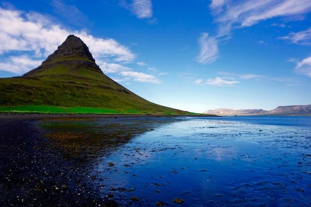 Kirkjufell-berg island vom nahe gelegenen strand, im sommer.