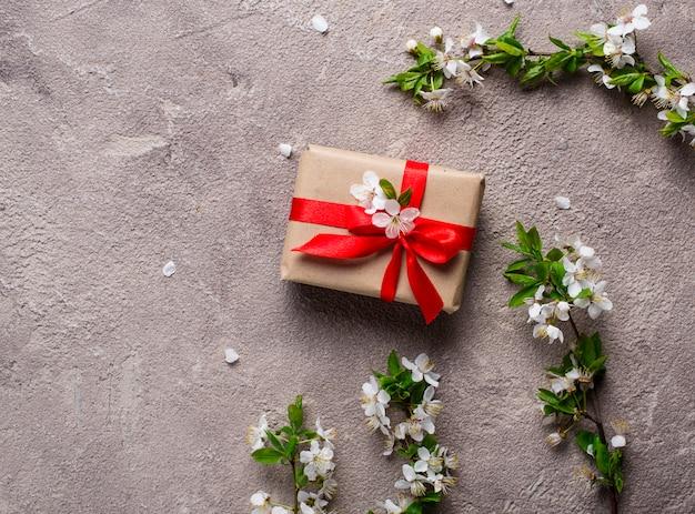Kirsch- oder pflaumenblüte und geschenkbox