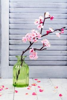 Kirschblüte. rosa blüten der sakura. frühling oder muttertag konzept