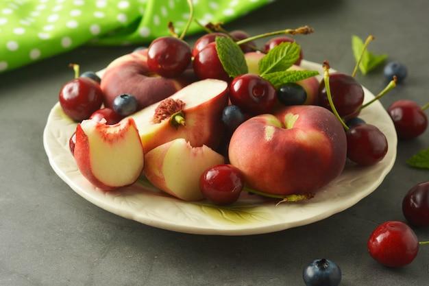 Kirsche, heidelbeere und pfirsich.