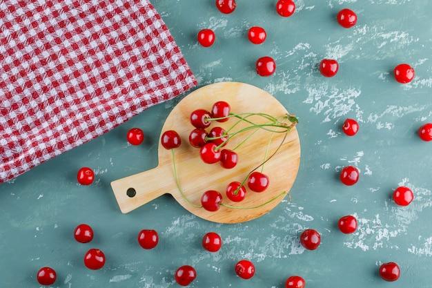 Kirsche mit küchentuch draufsicht auf gips und schneidebrett
