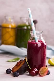 Kirsche, pflaume, trauben und blaubeerensmoothie
