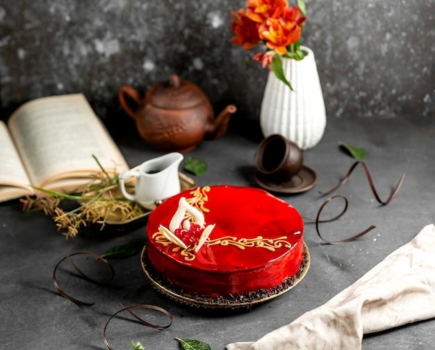 Kirschkuchen mit roter glasur und weißer schokolade