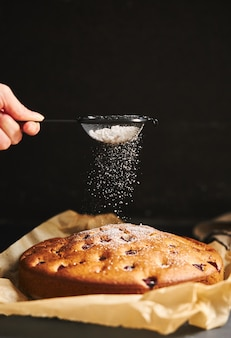 Kirschkuchen mit zuckerpulver und zutaten