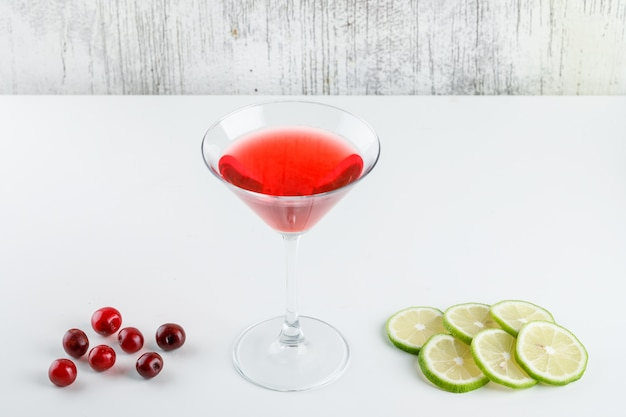 Kirschsaft in einem glas mit kirschen, zitronenscheiben high angle view auf weiß