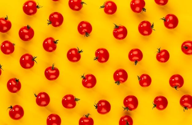Kirschtomate, gesunde ernährung und vegetarismus. farbiger hintergrund.