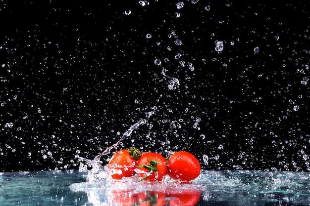 Kirschtomaten im wasserspritzer