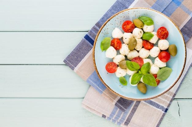 Kirschtomaten, mozzarella, basilikum und gewürze auf