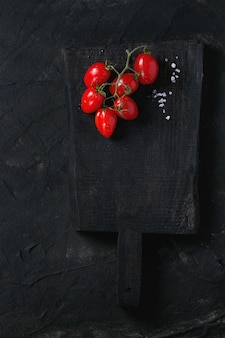 Kirschtomaten über schwarz