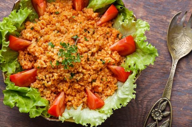 Kisir, traditioneller türkishrischer salat, bulgur