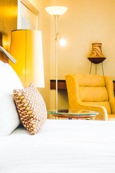 Kissen auf dem bett mit heller lampe