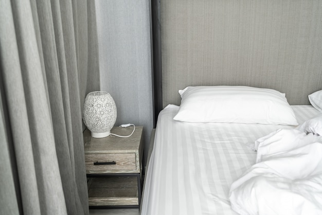 Kissen auf dem bett und mit falten chaotisch decke im schlafzimmer