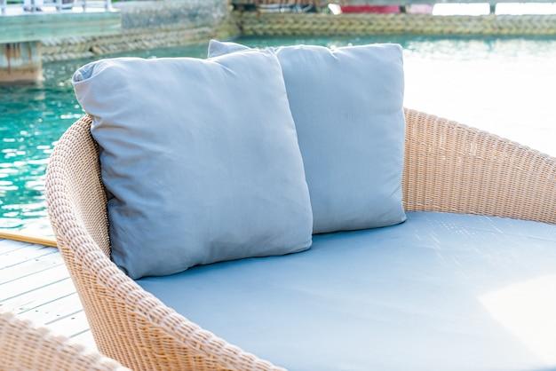 Kissen auf dem sofa auf der terrasse