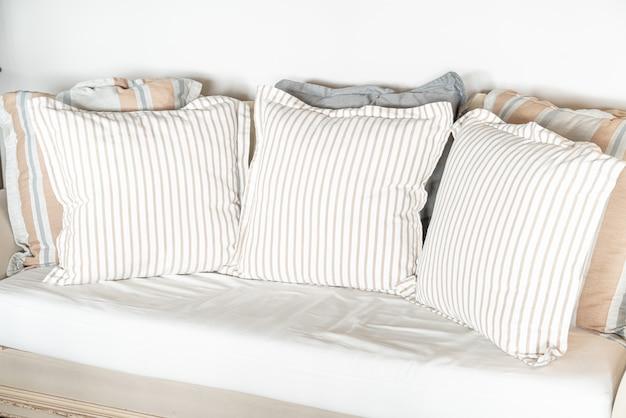 Kissen auf sofadekoration im wohnzimmerinnenraum
