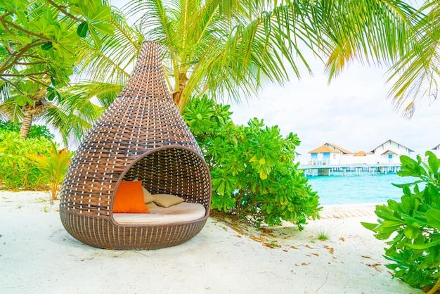 Kissen auf terrasse der sofadekoration im freien mit tropischer und naturansicht