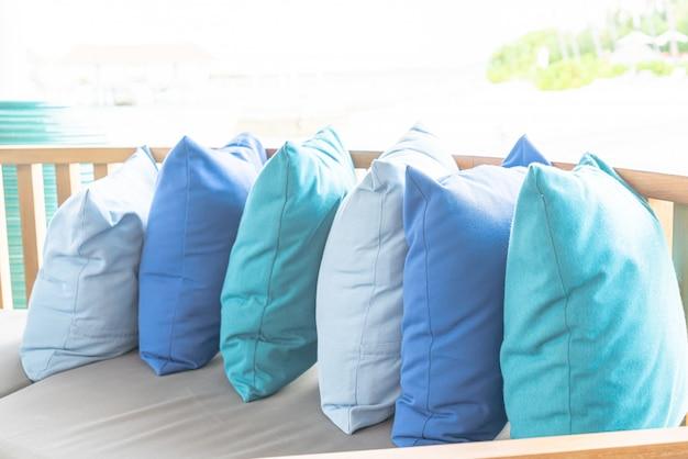 Kissen auf terrasse der sofastuhl-dekoration im freien