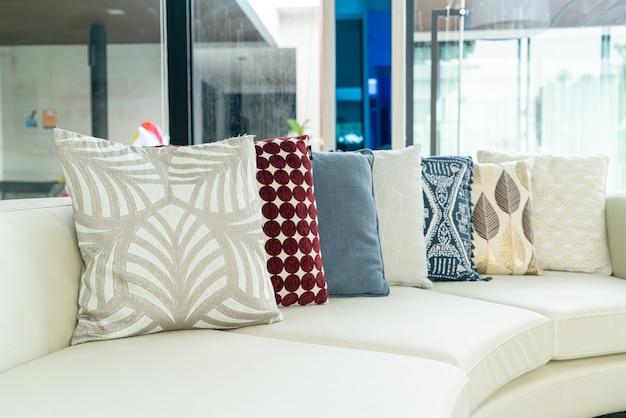 Kissen dekoration auf sofa im wohnzimmer