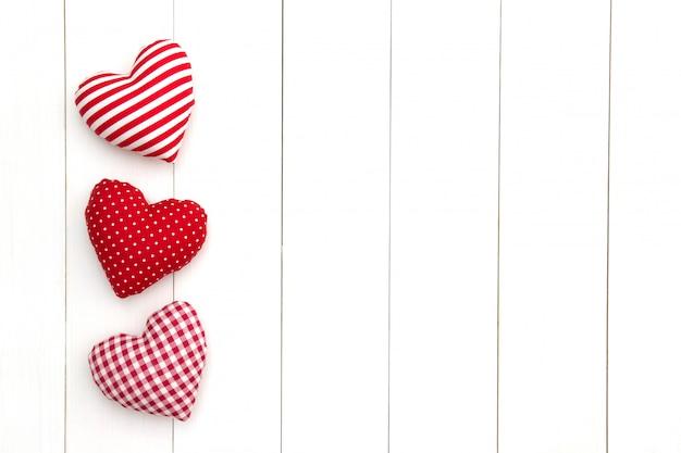 Kissenherzen auf weißer tabelle mit kopienraum. fröhlichen valentinstag.