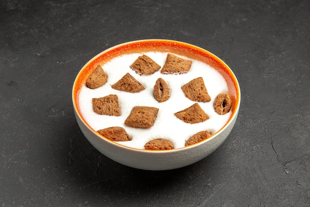 Kissenplätzchen mit milch zum frühstück auf dunkelheit