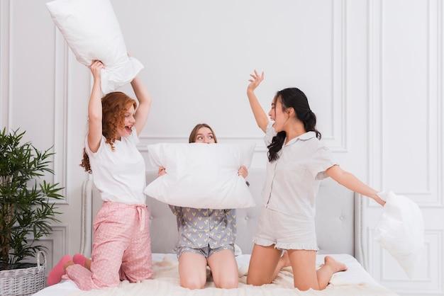 Kissenschlacht auf pyjama party