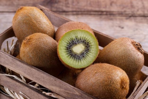 Kiste mit frischer kiwi