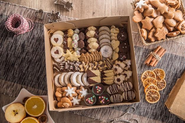Kiste voller weihnachtlicher süßer cokies und gebäck.