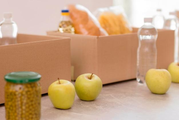 Kisten mit lebensmitteln und spendenvorräten